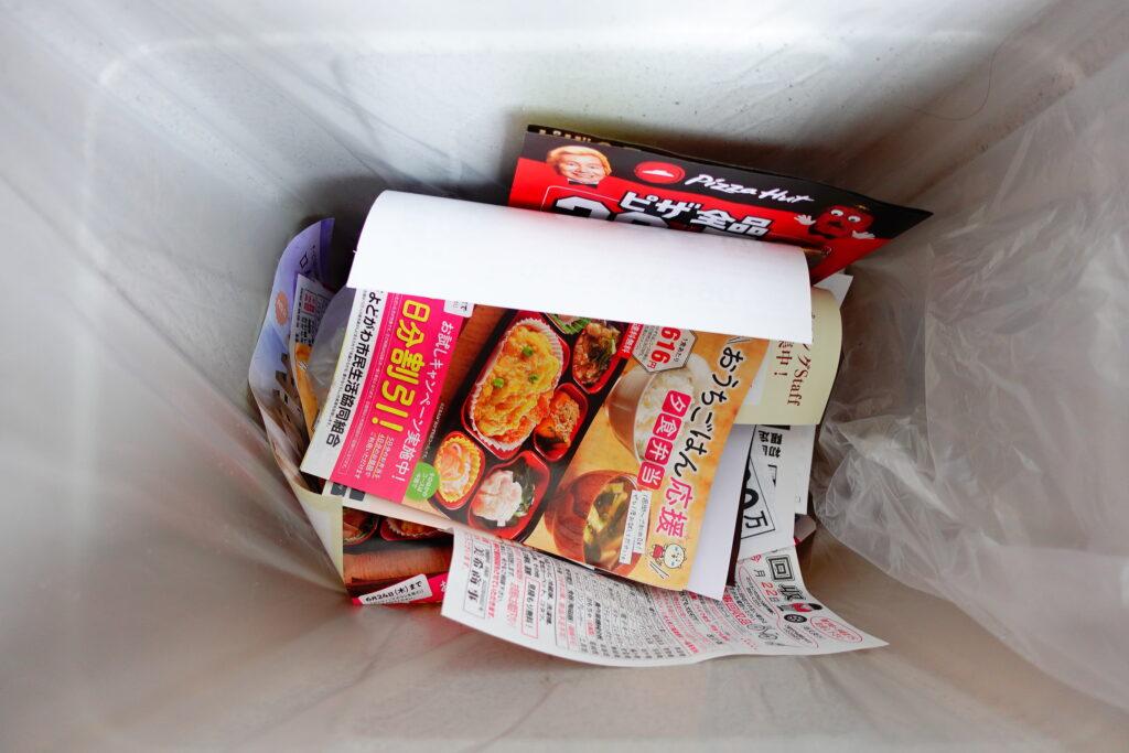 そして捨てられる、紙広告の末路。資源がもったいないですね。